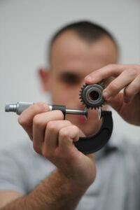 Technicien recherche et développement R&D mécanique ingénieur